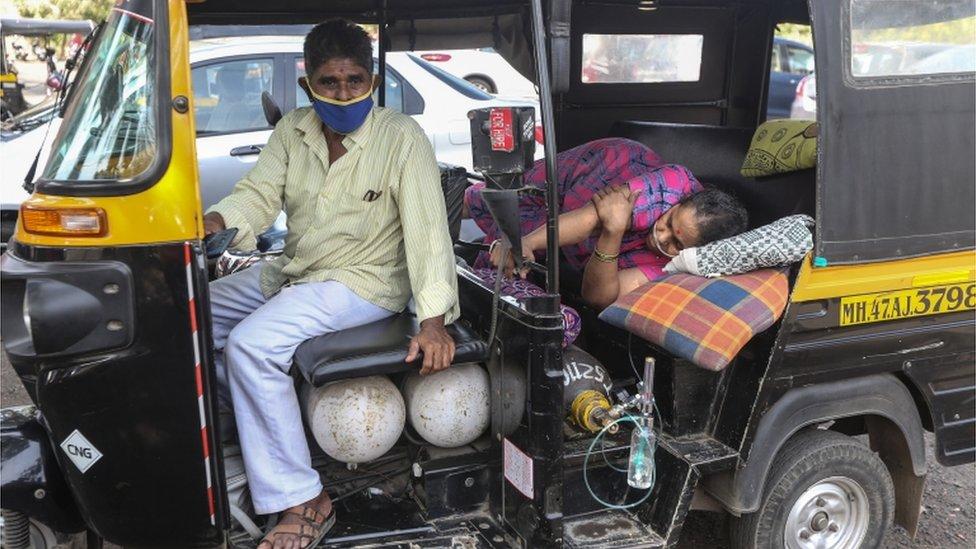 ایک عورت رکشے میں فوری طبی امداد کی منتظر