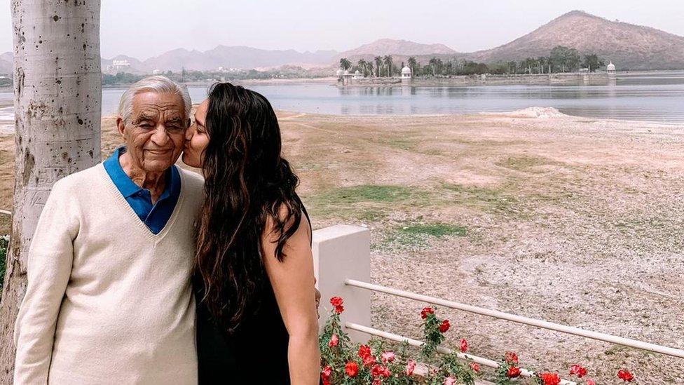 اوانی سنگھ دلی میں اپنے 94 سالہ نانا کے ساتھ جو اس وقت کووڈ۔19 کی وجہ سے بیمار ہیں