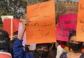امت اخبار کا عورت مارچ کی خواتین کے لیے نازیبا لفظ کے استعمال پر سوشل میڈیا صارفین برہم