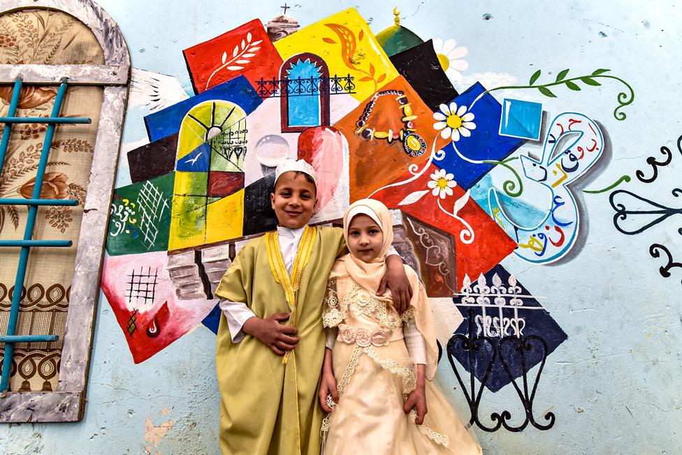 عراق کے شہر موصل کے ایک پرانے علاقے میں بچے تصویریں بنا رہے ہیں۔ یہ آرٹ عراق کی ثقافت کو ظاہر کرتا ہے