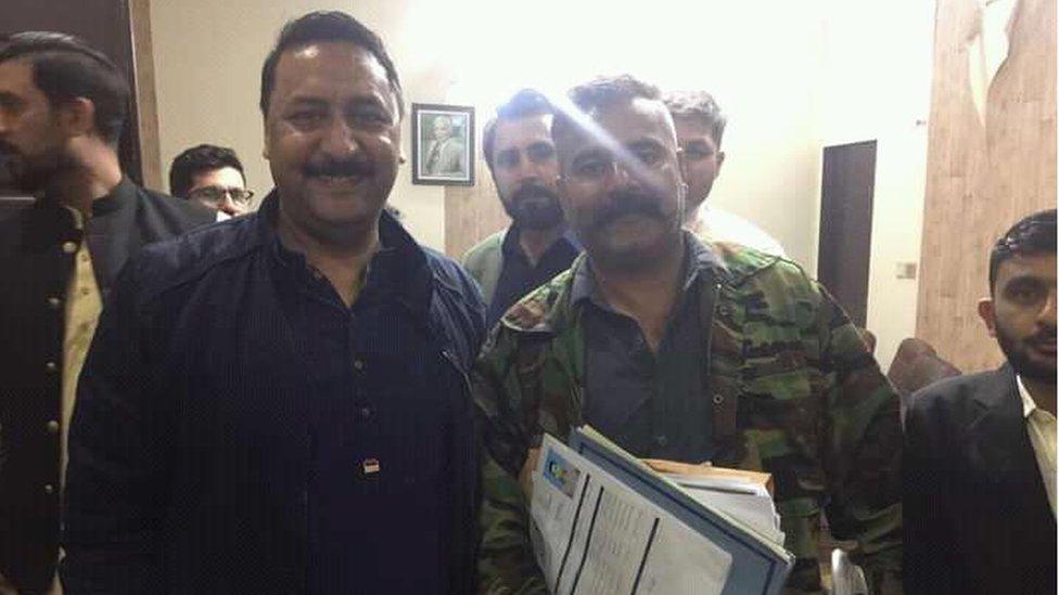 ایم این اے جمیل اشرف خان کی محمد اشرف اور محمد افضل کے ساتھ ایک تصویر