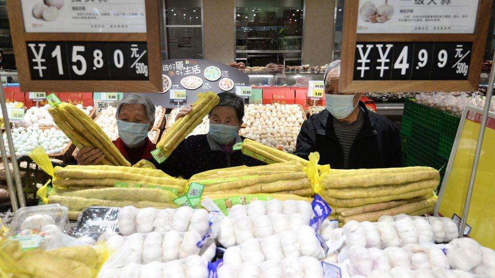Chinese consumers buy vegetables