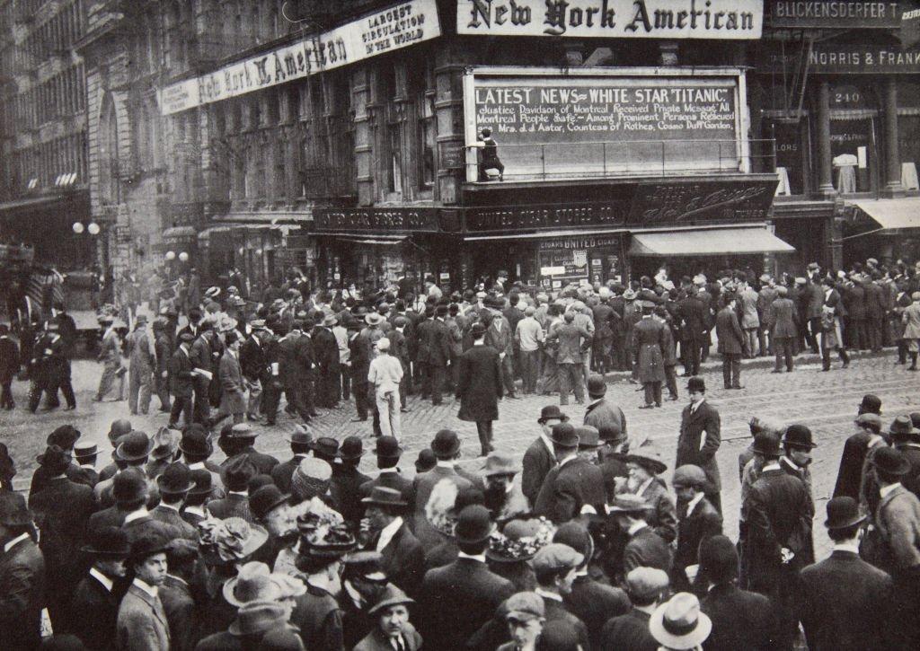 اپریل 1912 میں جب اس حادثے کی خبر نیو یارک پہنچی تو لوگ اخبار کے دفتر کے باہر آویزاں نشریے دیکھنے کے لیے اکٹھا ہونے لگے