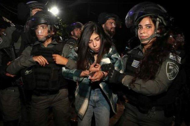 الشرطة الإسرائيلية تعتقل متظاهرة فلسطينية