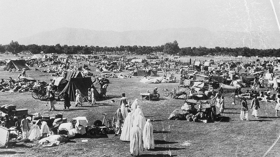 ریس کورس میں زلزلہ متاثرین کے لیے قائم کیے جانے والا عارضی کیمپ