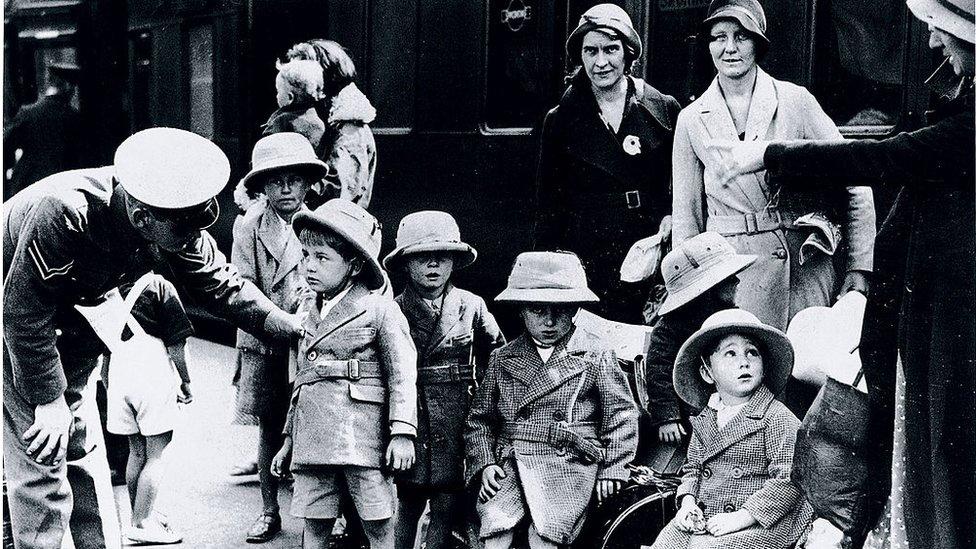 زلزلے میں بچ جانے والے انگریز افسران کے اہلخانہ برطانیہ واپس پہنچتے وقت