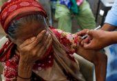 کووڈ 19: پنجاب میں کورونا ویکسین نہ لگوانے والوں کے سم کارڈ بند کرنے کی نوبت کیوں آئی؟