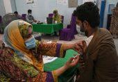 پاکستان: مختلف سینٹرز پر کرونا ویکسین کی قلت کیوں ہو رہی ہے؟