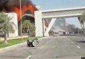 کراچی: بحریہ ٹاؤن کے باہر احتجاجی مظاہرے میں ہنگامہ آرائی، عمارتیں اور گاڑیاں نذرِ آتش