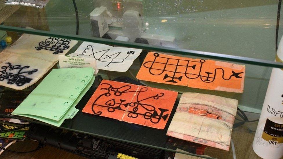 حسین کے بیڈ روم میں جادو ٹونے کی علامات ملیں