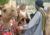 بلوچستان کی اونٹ لائبریری، جو گاؤں گاؤں جا کر بچوں میں کتابیں تقسیم کرتی ہے