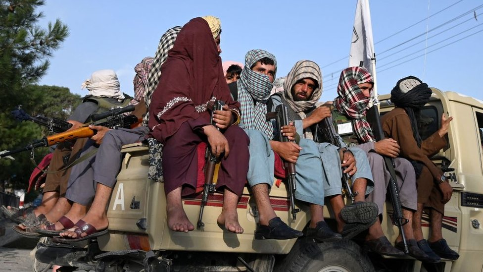 اگست 23 2021 کی یہ تصویر جس میں طالبان جنگجوؤں کو افغانستان کی سڑکوں پر دیکھا جاسکتا ہے۔