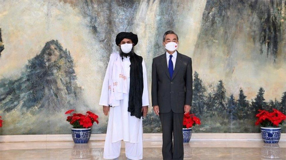 چین کی وزیر خارجہ وانگ وی اور طالبان لیڈر ملا برادر