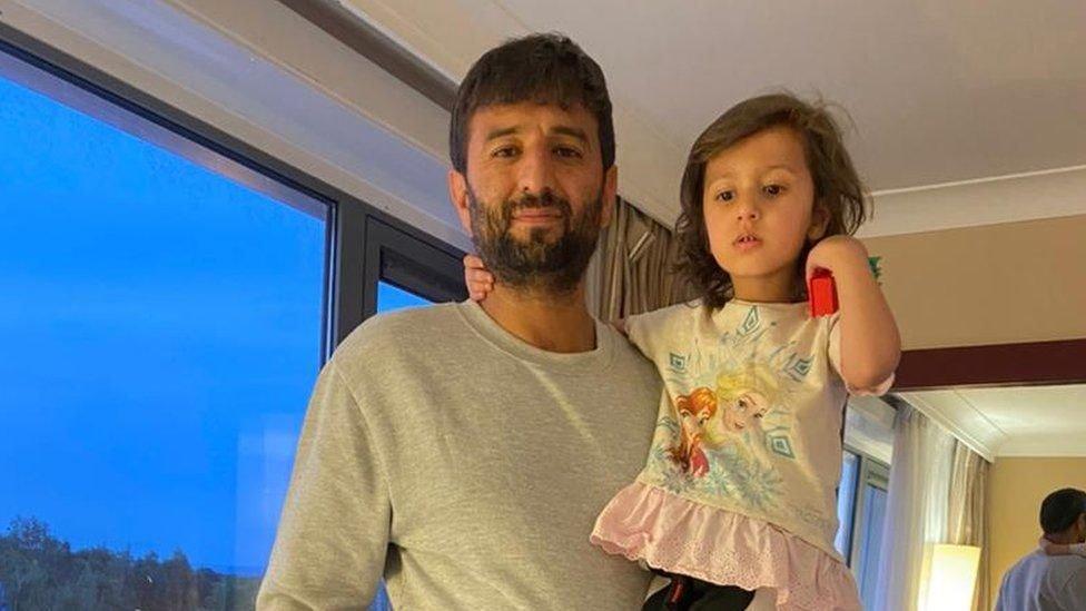 خالد اپنی بیٹی کے ساتھ