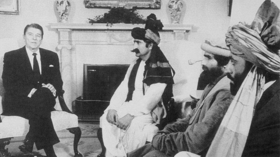 مجاہدین رہنماؤں کی میزبانی کرتے ہوئے اس وقت کے امریکی صدر رونالڈ ریگن