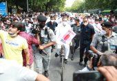 بھارت میں حکومت مخالف احتجاج، کانگریس رہنما راہول گاندھی کی سائیکل پر پارلیمنٹ آمد