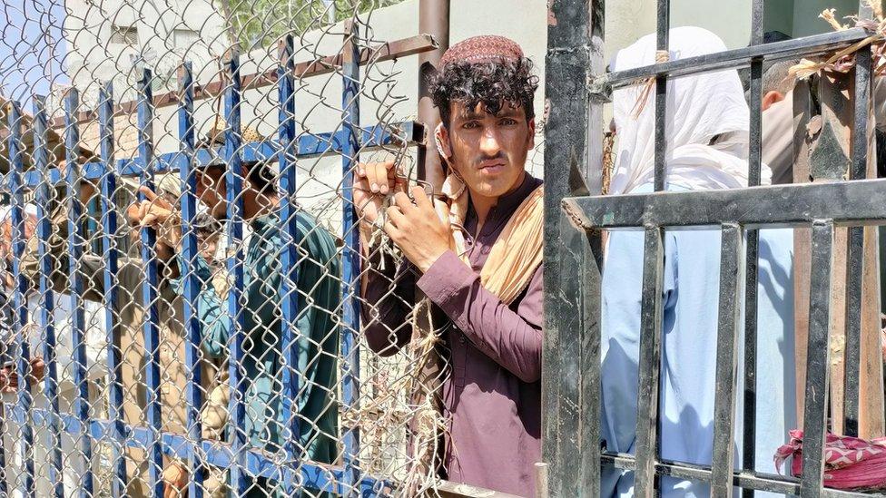 Afghans waiting at Pakistani border