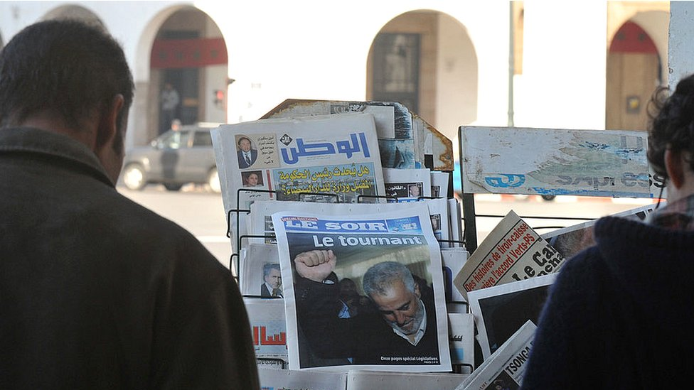 Moroccans look on in Rabat at the front pages of newspapers, focusing on the victory of the Islamist Justice and Development Party (PJD) - November 2011