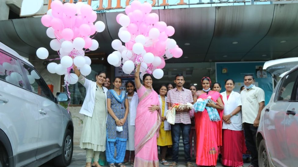 Hospital staff have given a farewell to the kids by flying balloons in the air